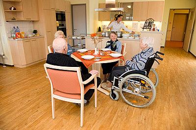 Speisesaal im Altenheim  - p6430144 von senior images