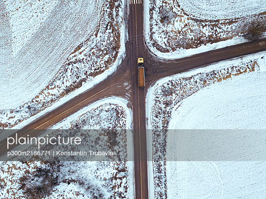 Russia, Moscow region, Aerial view of crossroad and snow covered fields - p300m2166771 by Konstantin Trubavin