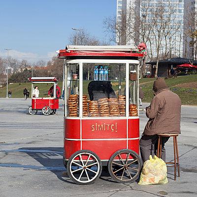 Bagels salesman - p1138m971476 by Stéphanie Foäche