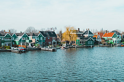 Beautiful houses in village Zaanse Schans in Holland, the Netherlands - p1166m2094787 by Cavan Images