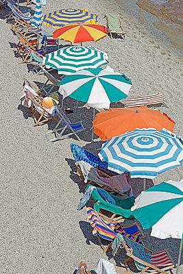 Sonnenschirme am Strand - p1292m1474928 von Niels Schubert
