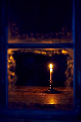 Kerze Tisch Fenster - p1312m1477566 von Axel Killian
