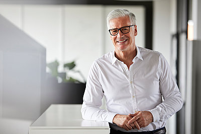 Smiling male entrepreneur at office - p300m2282793 by Rainer Berg