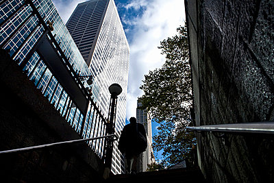 Looking upwards towards a figure at the top of a hub in New York city - p3313593 by Andrea Alborno