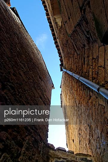 Blauer Himmel zwischen Hausfassaden - p260m1161235 von Frank Dan Hofacker