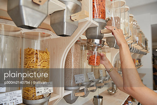 Close-up of woman shopping in packaging-free supermarket - p300m2140754 by Sullivan