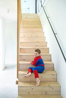 kleiner Junge sitzt auf Treppe - p1156m1585863 von miep