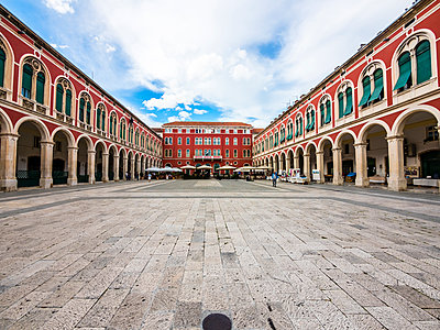 Croatia, Split, Hotel Bellevue and restaurants at Ban Jelacic Square - p300m1450121 by Martin Moxter
