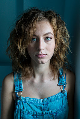Young woman wearing dungarees - p427m2031348 by Ralf Mohr