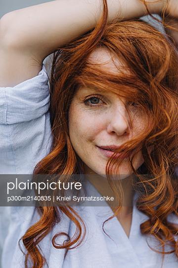 Portrait of beautiful redheaded woman - p300m2140835 by Kniel Synnatzschke