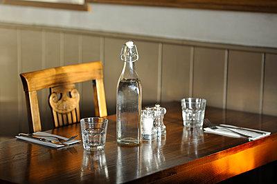 Tisch in einem Pub - p1048m1018152 von Mark Wagner