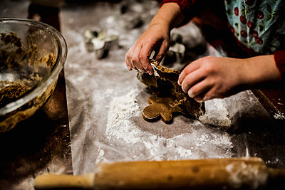 High angle view of girl preparing gingerbread man - p1166m1474427 by Cavan Images