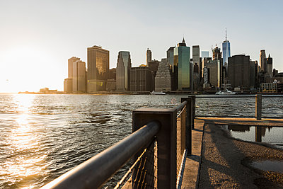 USA, Brooklyn, view to Manhattan at twilight - p300m1205322 by Uwe Umstätter