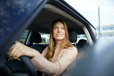 Portrait of smiling young woman sitting in car - p300m1580897 by Philipp Nemenz