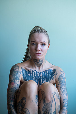 Tattooed woman - p427m2082048 by Ralf Mohr