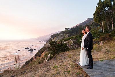 Brautpaar am Strand - p756m1214653 von Bénédicte Lassalle