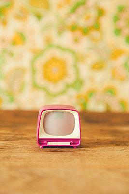 Mini-Fernseher - p904m1020408 von Stefanie Päffgen