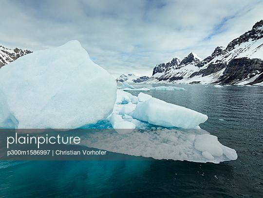 Norway, Spitsbergen, Prins Karls Forland, iceberg - p300m1586997 von Christian Vorhofer