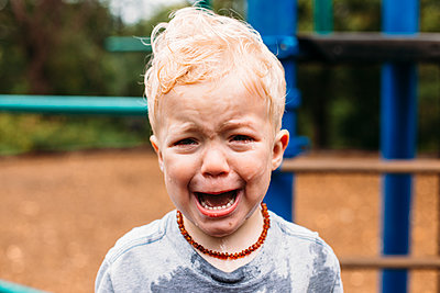 Portrait of weeping toddler boy - p1238m1462493 by Amanda Voelker