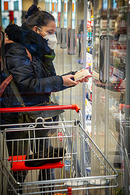 woman is grocery shopping with mask, corona, Berlin, Germany - p300m2243919 von Nadine Ginzel