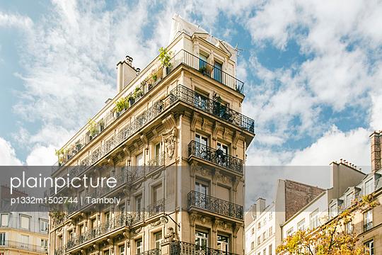 Häuserfassaden Häuser im typischen neoklassizistischen Baustil im Zentrum von Paris  - p1332m1502744 von Tamboly