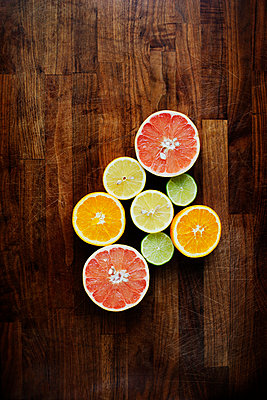Directly above shot of sliced citrus fruits on chopping board - p1185m1015788f by Astrakan