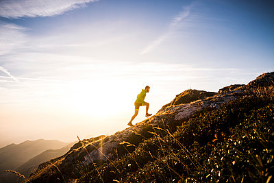 Italy, man running on mountain trail - p300m1505722 by Simona Pilolla