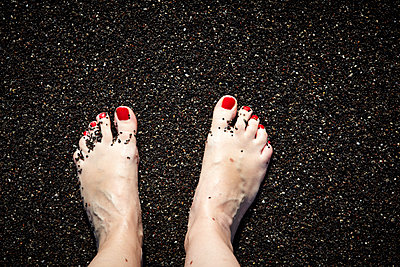 Female feet on gravel - p415m1191196 by Tanja Luther