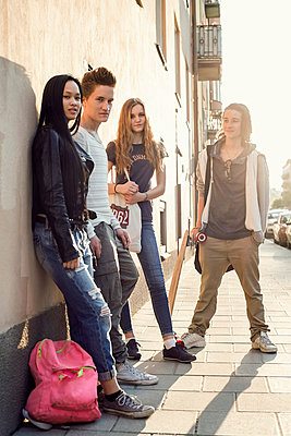 Full length portrait of high school students standing on sidewalk - p426m958675f by Maskot