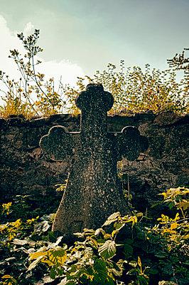 Grabkreuz - p470m1223683 von Ingrid Michel