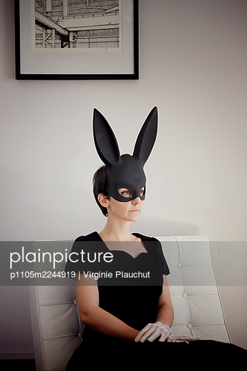 Woman in black dress and black bunny mask, portrait - p1105m2244919 by Virginie Plauchut