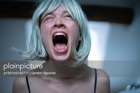 Screaming woman - p1321m2142737 by Gordon Spooner