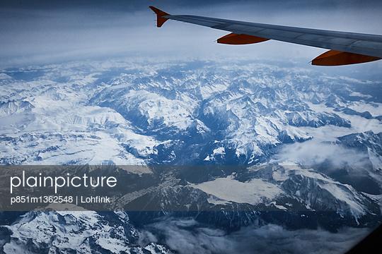 Blick aus dem Flugzeugfenster - p851m1362548 von Lohfink