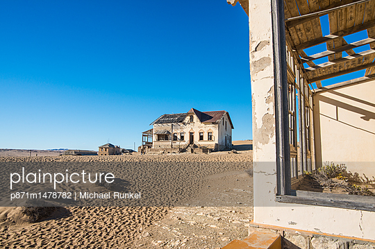 Colonial house, old diamond ghost town, Kolmanskop (Coleman\'s Hill), near Luderitz, Namibia, Africa