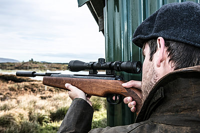 Jäger zielt mit dem Jagdgewehr - p1082m2022017 von Daniel Allan