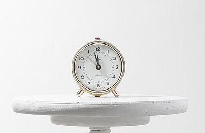 Alarm clock against white background - p1276m1200088 by LIQUID
