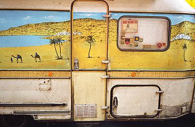 Wohnwagen mit Wüste - p2370029 von Thordis Rüggeberg