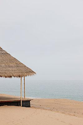 Strandhütte an Leerem Strand - p248m954161 von BY