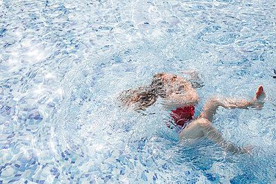 Girl diving in swimming pool - p300m2114651 by DREAMSTOCK1982