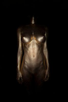 Frau in Gold - p427m963531 von R. Mohr