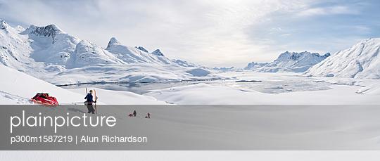 Greenland, Schweizerland Alps, Kulusuk, Tasiilaq, ski tourers - p300m1587219 von Alun Richardson