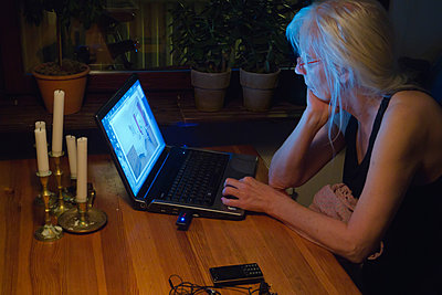 Woman by her laptop late at night - p1418m2015442 by Jan Håkan Dahlström