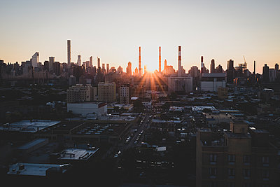 Power station at sunset, Queens, New York City - p1598m2164149 by zweiff Florian Bier
