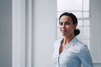 Successful businesswoman, standing by window, potrait - p300m2171043 by Joseffson