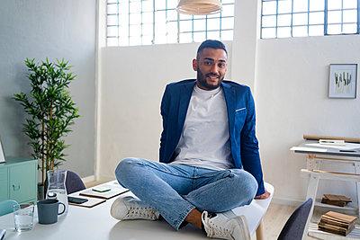 Arab businessman in the office or creative studio - p300m2274699 von Giorgio Fochesato