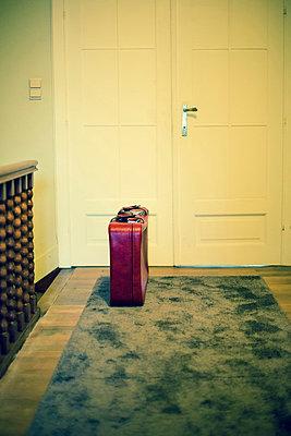 Koffer vor Tür - p432m815796 von mia takahara