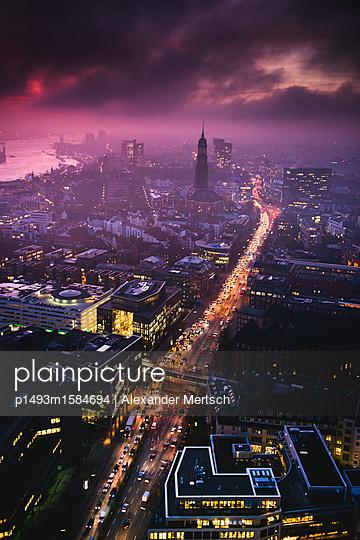 Hafen, Michel und Willy-Brandt-Straße am Abend, Hamburg - p1493m1584694 von Alexander Mertsch