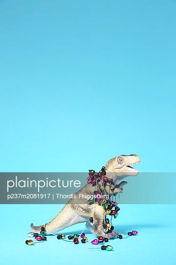 Spielzeug-Dinosaurier mit Mini-Lichterkette - p237m2081917 von Thordis Rüggeberg