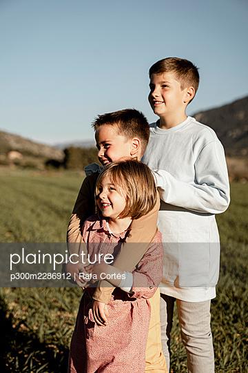Spain, Valencian Community, Alicante. Children playing in the countryside - p300m2286912 von Rafa Cortés