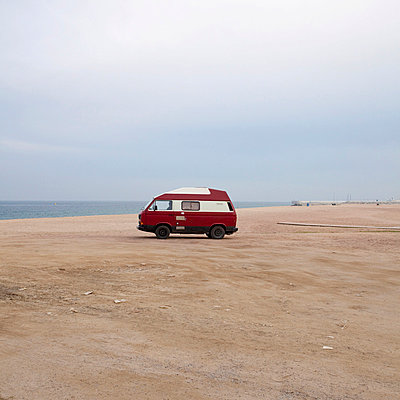 Lone camper van on the beach with the sea in the distance - p1072m829066 by Joan Seculi